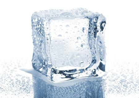 cubos de hielo: Cubito de hielo individual con gotas de agua aisladas sobre fondo blanco