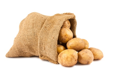 papas: Las patatas crudas en saco de arpillera aisladas sobre fondo blanco Foto de archivo