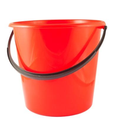 Secchio di plastica rosso isolato su sfondo bianco