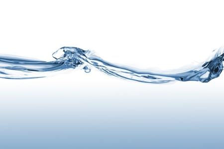 coule: Gros plan sur les ondes de l'eau bleue sur fond blanc Banque d'images