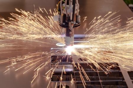 Plasmasnijden proces van metaal materiaal met vonken Stockfoto