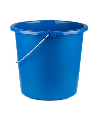seau d eau: Seau en plastique bleu unique isolé sur un fond blanc Banque d'images