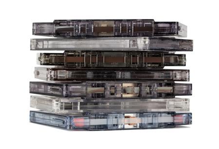 cintas: Pila de viejas cintas de audio aislado en el fondo blanco