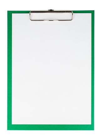 hoja en blanco: sujetapapeles verde con una hoja de papel en blanco aislado en fondo blanco Foto de archivo
