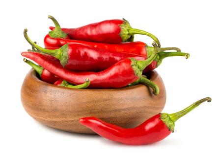 chiles picantes: Red hot chili peppers en cuenco de madera sobre fondo blanco