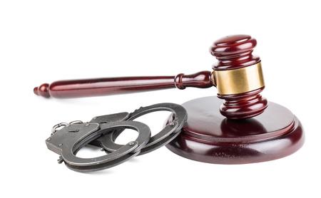 Rechtershamer en handcuffs op witte achtergrond wordt geïsoleerd die Stockfoto
