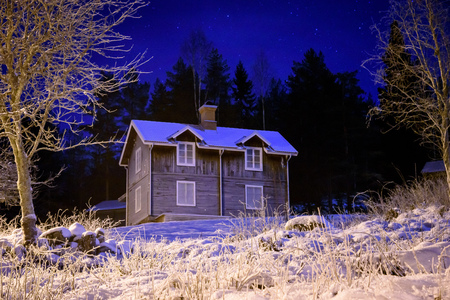 polar climate: Fosty old cottage during cold winter night Stock Photo