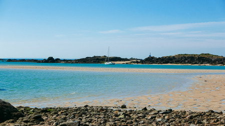 干潮多島海湾と砂岩礁します。熱帯水の青と黒の岩の島。遠いヨット。アイルズ ・ デ ・ Chausey、ブルターニュ、フランス。(1)