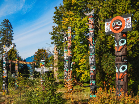 Colorful indian totems in stanley park vancouver canada 版權商用圖片 - 98930272