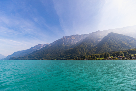 View from a boat over the turquoise lake Brienz in switzerland 免版税图像