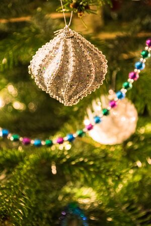 Closeup of Christmastree decorations on tree shiny light Banque d'images
