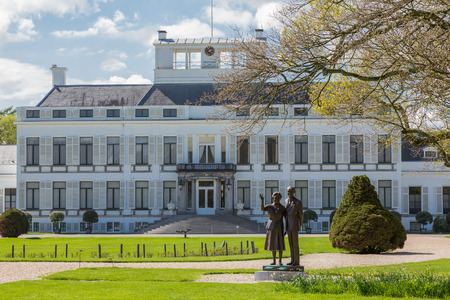 juliana: Baarn, The Netherlands - August 2014 - Palace soestdijk,  the previous residence of the royal dutch family with the statue of Queen Juliana and Prince Bernhard in the garden Editorial