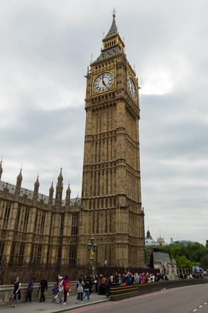 Londen, Engeland - 3 juni 2014 - Big Ben toren in Londen met een bewolkte hemel Redactioneel