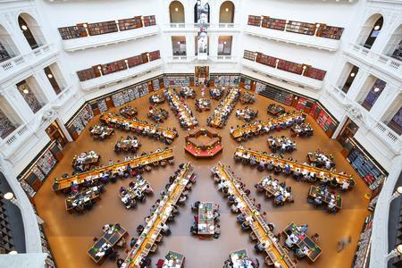 MELBOURNE, AUSTRALIË - 31 oktober 2016: Staatsbibliotheek van Victoria, bovenaanzicht van interieur van La Trobe Reading Room. Het is de centrale bibliotheek van de staat Victoria, Australië