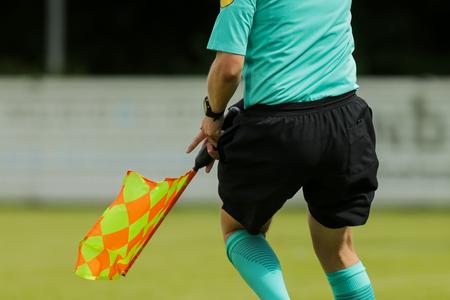 arbitros: running Assistant referee en un partido de fútbol o fútbol Foto de archivo