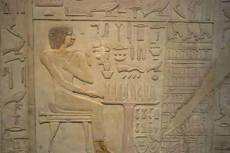 Hi�roglyphes �gyptiens sur un mur de gr�s dans un mus�e Banque d'images