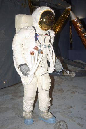 Un homme de l'espace sur la lune avec atterrisseur derri�re