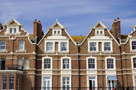 Une rang�e de maisons de ville victorienne avec un ciel bleu
