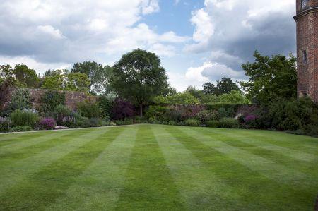 Un jardin de chalet avec une bordure herbac�e