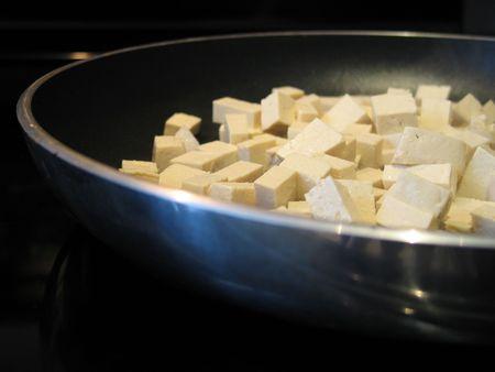 tofu cooking in a pan Standard-Bild