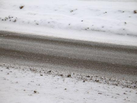 granizados: carretera cubierta de nieve y granizados