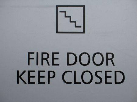 fuego mantener la puerta cerrada signo Foto de archivo - 3735242
