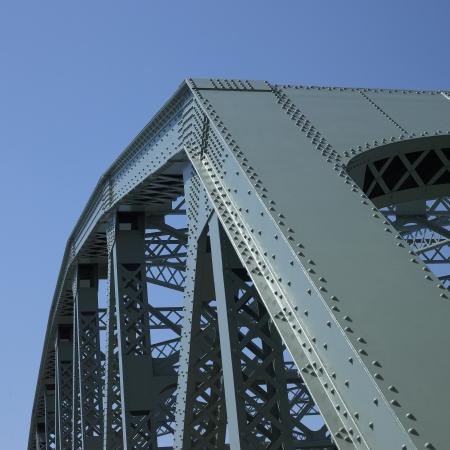 perpendicular: Struttura a ponte e cielo blu