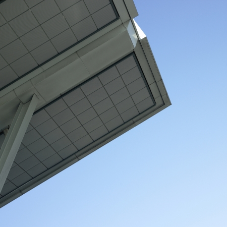 Modern architectural building awning against blue sky Stockfoto