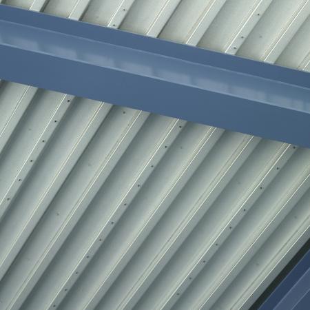 Blauw en zilver industriële plafond