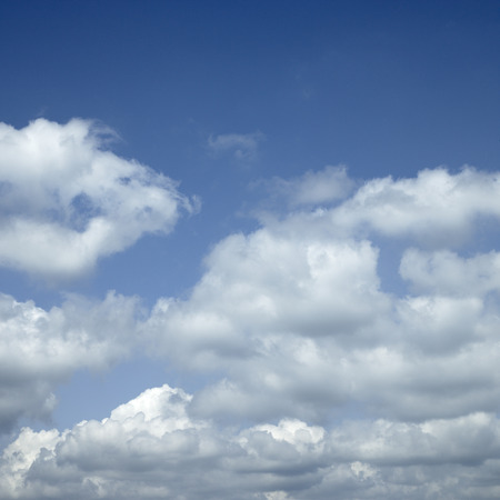 Large white clouds in the blue sky Imagens