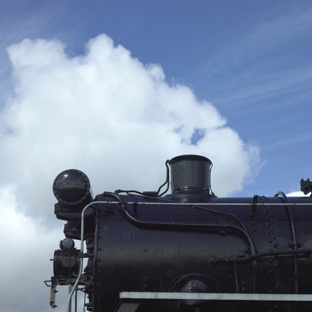 chimney corner: Antigua locomotora de vapor negro contra el cielo azul