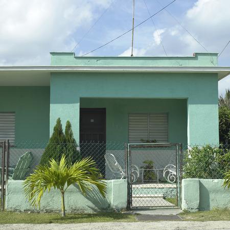 clase media: Patio delantero y patio de un hogar de clase media tropicl