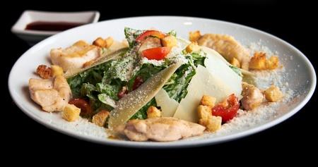 ensalada cesar: Caesar ensalada en el plato blanco