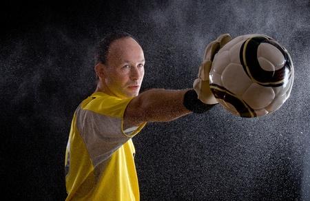 골키퍼: 골키퍼는 그의 손에 공을 보유하고있다