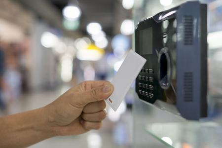 Impronta digitale e scansione della chiave magnetica per accedere al sistema di sicurezza