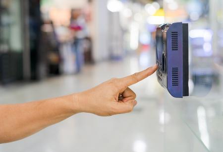 officer scan finger print for enter security system Banque d'images - 117753165