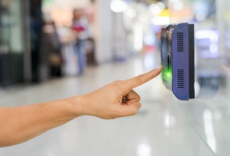 Houd de uren van werknemers bij met behulp van een biometrische vingerafdrukscanner.