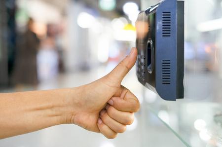 officer scan finger print for enter security system Banque d'images - 117753167