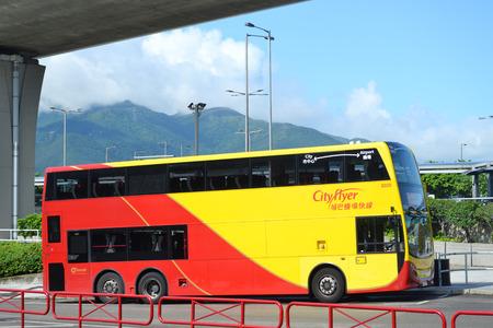 far east: HONG KONG CHINA - 25 de mayo autob�s tur�stico en el aeropuerto de Hong Kong el 25 de mayo 2014 Hong Kong es uno de los destinos tur�sticos m�s deseados en el lejano oriente Editorial