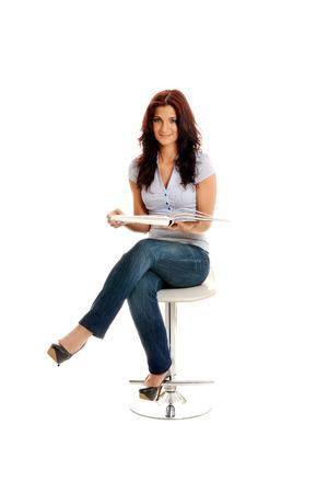 secretaria sexy: Mujer de negocios hermosa que se sienta con un cat�logo abierto en sus manos