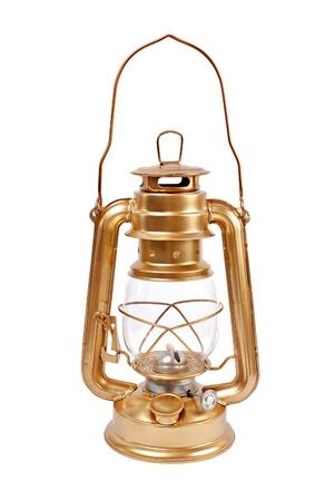 an oil lamp: Lámpara de petróleo aislado en un fondo blanco