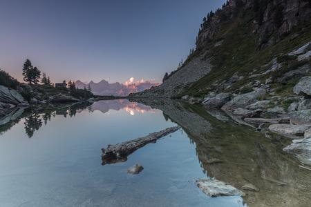 Der auf 1.860m liegende Mittersee (bekannter als Spiegelsee) ist ein sehr häufig fotografiertes Motiv, da sich bei Windstille die Südwand des Dachsteinmassivs in ihm spiegelt.  Als im Ennstal aufgewachsener und lebender Fotograf, durfte ich dieses fantast