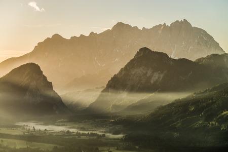 steiermark: Hinter Himbeerstein und Haindlmauer erheben sich die m�chtigen Kalkw�nde der Hochtorgruppe aus dem Fr�hnebel des Ges�useeingangs. Stock Photo