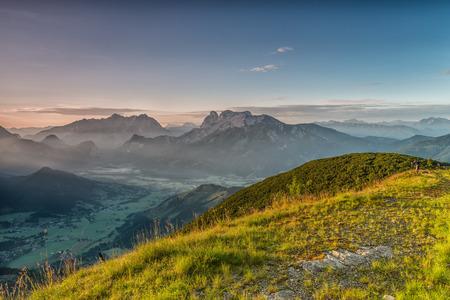 steiermark: Im warmen Licht des Sonnenaufgangs halten Fotografen kurz unter dem Gipfel der 1.720 Meter hohen Plesch das Farbenspiel im Gesäuse fest.