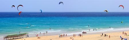 kite surfing: kitesurfen concurrentie Redactioneel