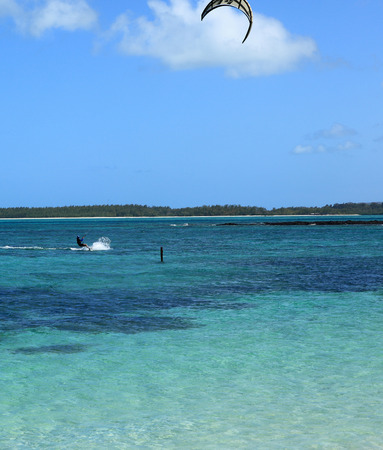 deportes nauticos: laguna kitesurf en el Océano Índico