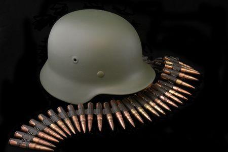 machine-gun: Duitsland in de Tweede Wereldoorlog. Samenstelling van de meest wijdverbreide gevecht helm (M35) en patroon riem uit het Duits machinegeweer MG Stockfoto