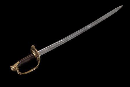 sabel: Samenstelling met Saber (sabel, cavalerie zwaard) van de Franse infanterie officier (model 1855). Pad op donkere achtergrond.