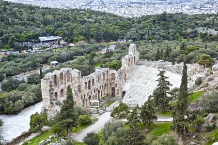 teatro antiguo: Restos del Odeón de Herodes Ático cerca de la Acrópolis de Atenas. En el fondo podía ver Lombardía álamos y montañas.