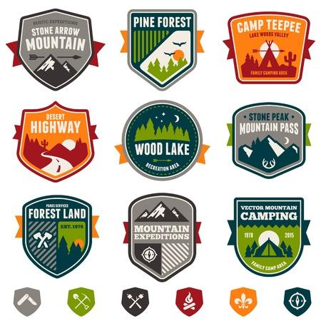camp de vacances: Ensemble de cru badges de camp bois et embl�mes de voyage